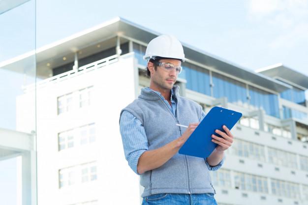 Construtora conferindo requisitos de qualidade